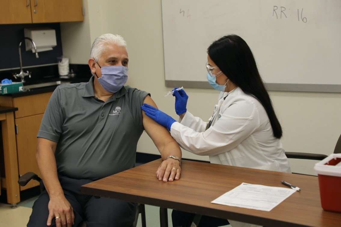 MCW School of Pharmacy Dean recieves flu vaccination